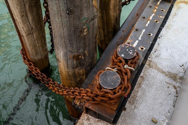 Venezia, italia. catena di ormeggio arrugginita sul parafango.