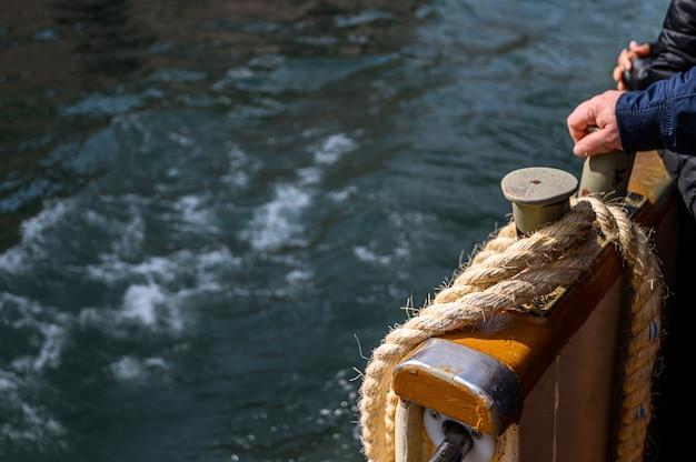 Venezia, italia. corda di ormeggio sul parafango, vaparetto.