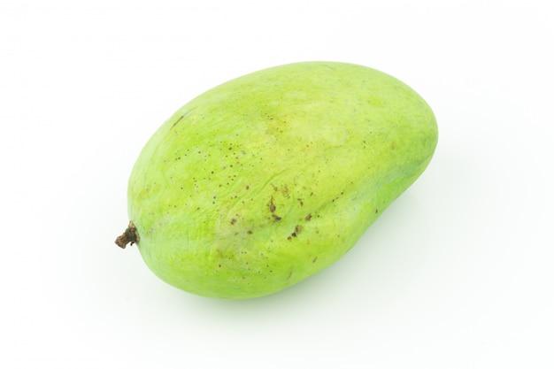 Verde dolce del mango isolato su fondo bianco