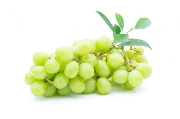 Verde uva fresca su uno sfondo bianco
