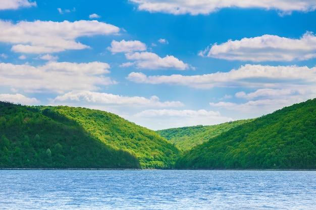 Verdi colline e fiume