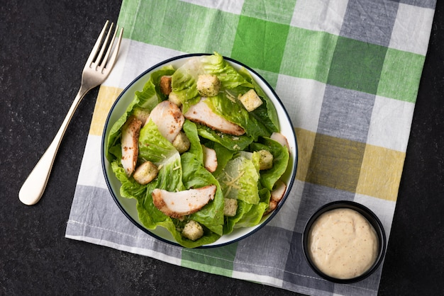 Verdura con insalata di crostini di pollo