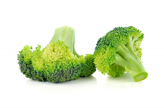 Verdura dei broccoli isolata su bianco