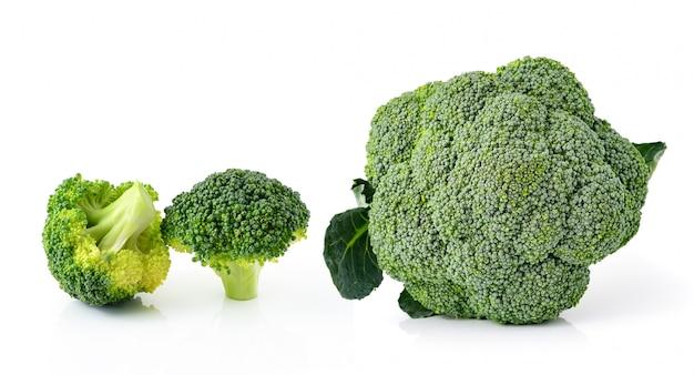 Verdura dei broccoli isolata su fondo bianco