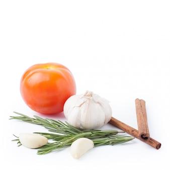 Verdura dell'aglio dei pomodori e dei rosmarini isolata su bianco con il percorso di ritaglio