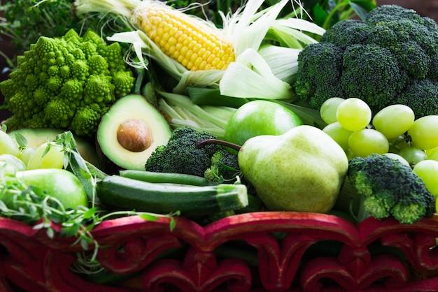 Verdura e frutta verdi autunnali grezze fresche
