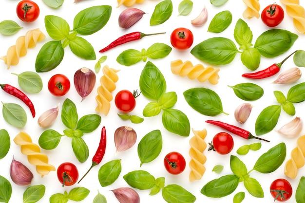 Verdura e spezie isolati su sfondo bianco, vista dall'alto. carta da parati composizione astratta di verdure.