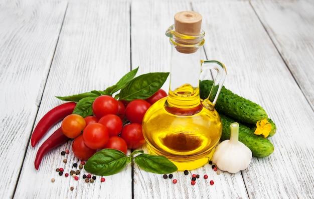 Verdura fresca con olio d'oliva