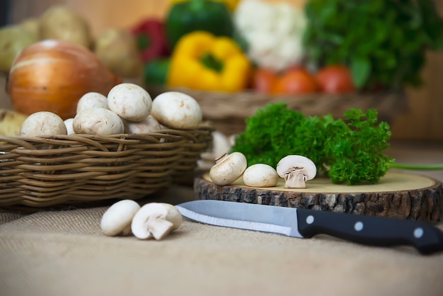 Verdura fresca del fungo prataiolo nella cucina