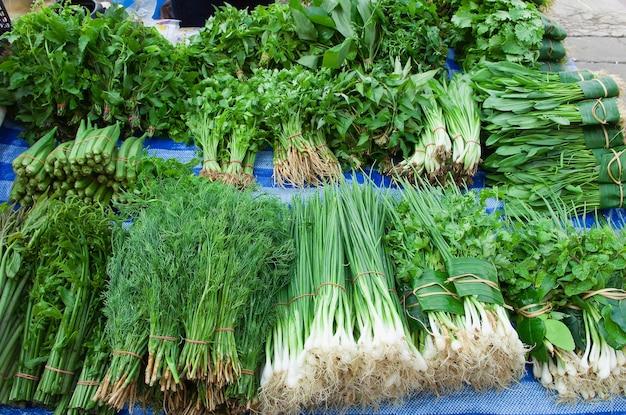Verdura fresca di arangement organica sulla tabella, verdure di erbe verdi differenti per sano