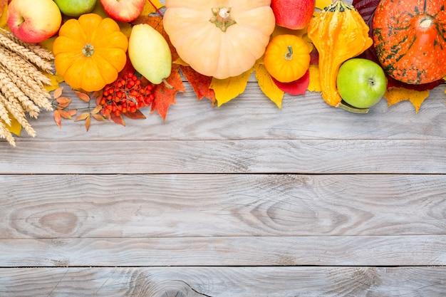 Verdura fresca e frutta organiche crude assortite sulla tavola di legno. cucina vegetariana fresca da giardino.