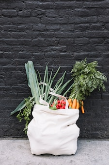 Verdura fresca in sacchetto di cotone