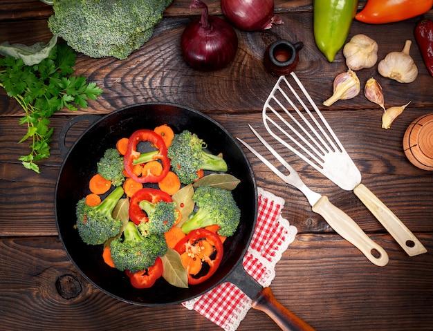 Verdura fresca in una padella rotonda nera