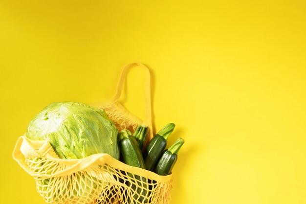 Verdura fresca, prodotti da giardino, cibo pulito e concetto di dieta. verdura in un sacchetto di cotone a rete