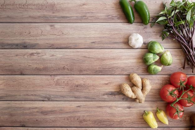 Verdura fresca su fondo di legno in cucina.