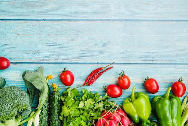 Verdura fresca sul tavolo di legno