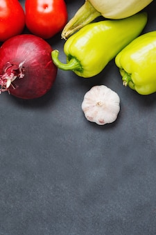 Verdura fresca sul tavolo scuro. copia spazio