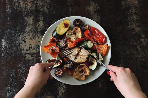 Verdure al forno e frutta con sesamo sul piatto. cibo vegano. dieta sana.
