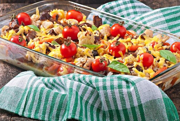 Verdure al forno (pomodori, cavolfiori, carote) con pollo e funghi