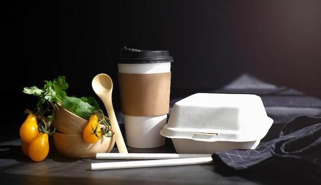 Verdure alimentari fresche e salutari dal mercato degli agricoltori per ordine online pronto per la consegna con scatola e tazza eco e confezione biodegradabile.