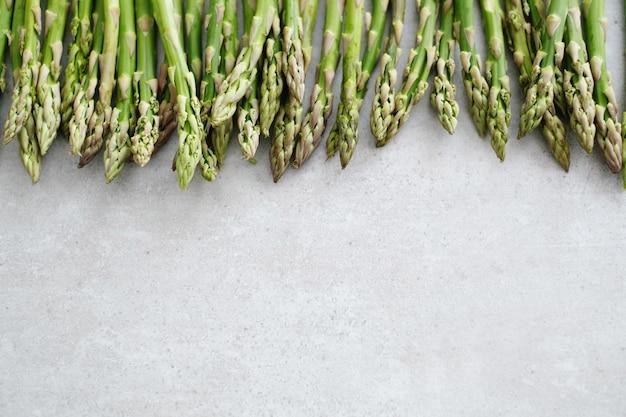Verdure. asparagi verdi sul tavolo
