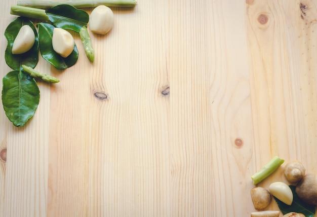 Verdure astratte del fondo di progettazione su un fondo di legno, tono d'annata