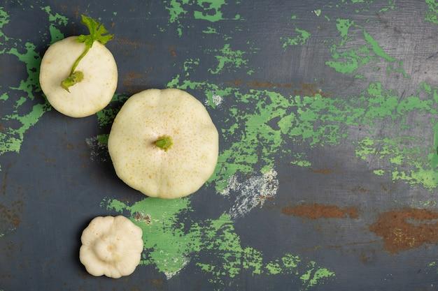 Verdure bianche della zucca su vecchio ferro