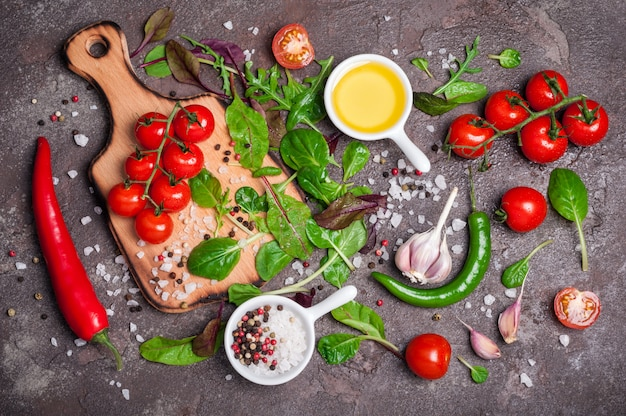 Verdure biologiche fresche, olio d'oliva, erbe e spezie.