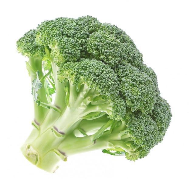 Verdure, broccoli freschi su una parete bianca.