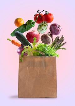 Verdure che volano in un sacchetto di carta riciclabile