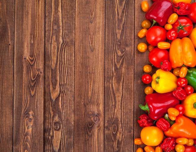 Verdure colorate sul tavolo di legno