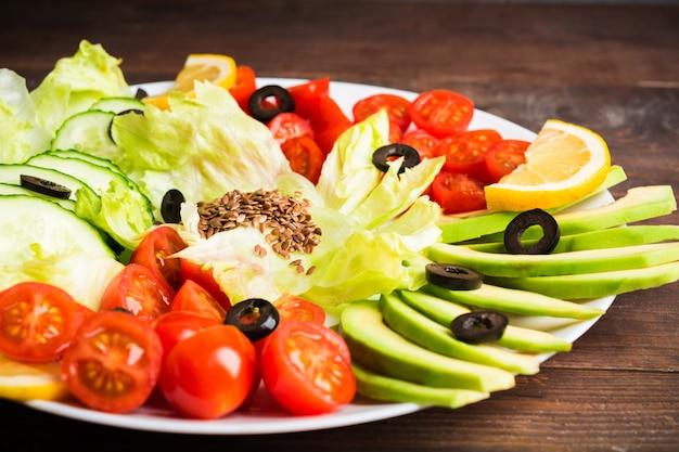 Verdure crude sul piatto bianco, buffet di insalate