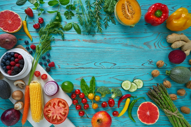 Verdure di cibo sano per cuore brughiera su legno