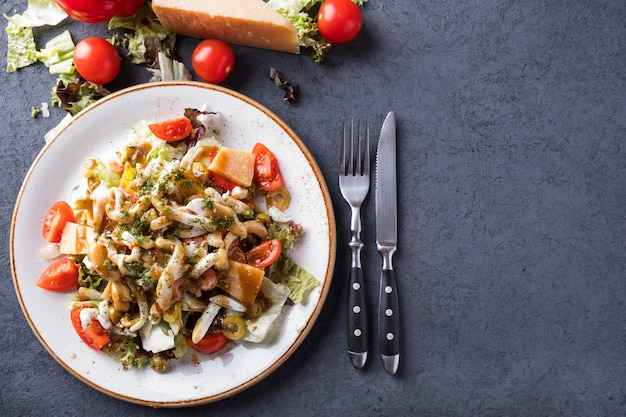 Verdure di insalata dei frutti di mare su un piatto. vista dall'alto.