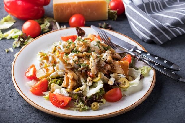 Verdure di insalata dei frutti di mare su un piatto.