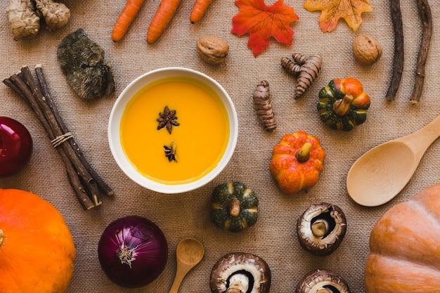 Verdure e cucchiai intorno alla zuppa
