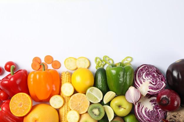 Verdure e frutta differenti su bianco