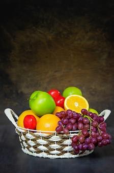 Verdure e frutta in cestino di vimini