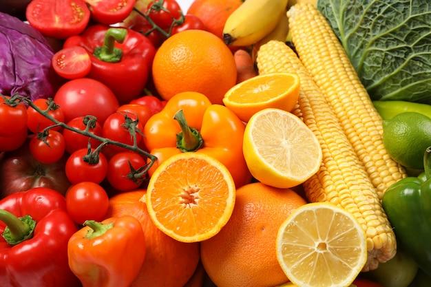 Verdure e frutta mature sull'intera fine in su