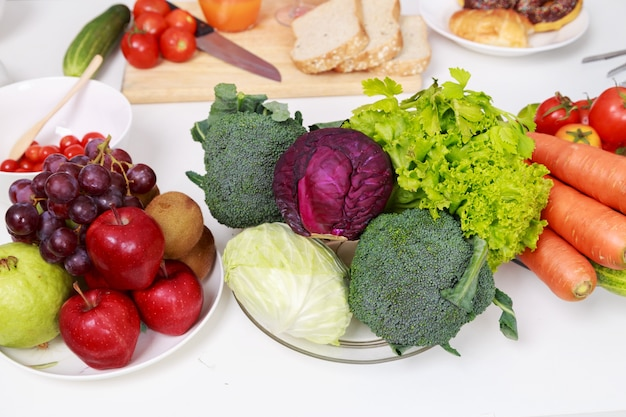 Verdure e frutta sul tavolo della cucina