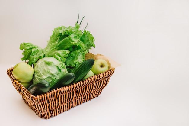 Verdure e frutta verdi fresche nel cestino