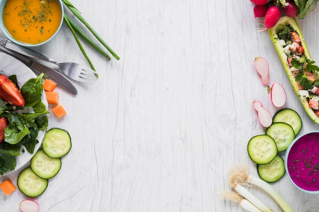 Verdure e zuppe su bianco