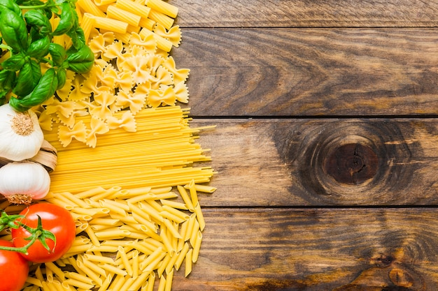Verdure ed erbe sulla pasta