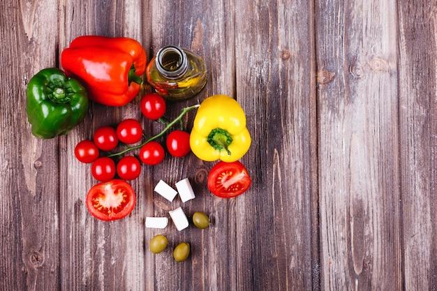 Verdure fresche e altri alimenti preparativi per la cena italiana.