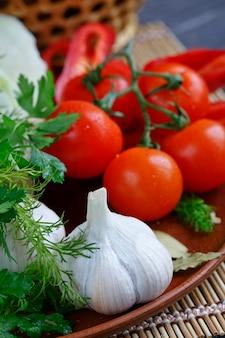 Verdure fresche e crude sul tavolo