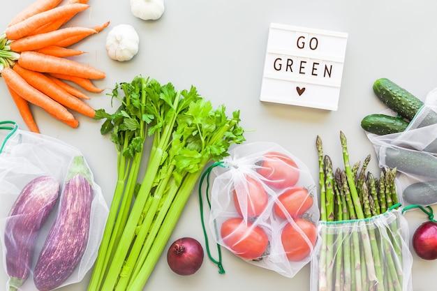 Verdure fresche in sacchetti della spesa riutilizzabili eco