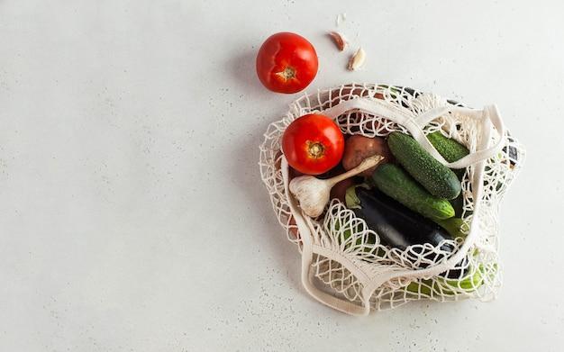 Verdure fresche in un sacchetto di stringa, prodotto ecologico. raccolto. verdure di stagione.