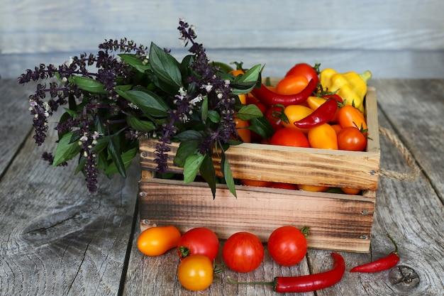 Verdure fresche in una scatola di legno. cibo vegetariano.