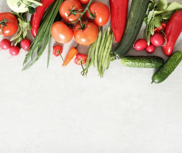 Verdure fresche su superficie grigia