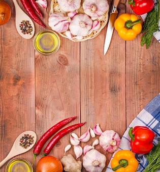 Verdure fresche su un tavolo di legno. sfondo.